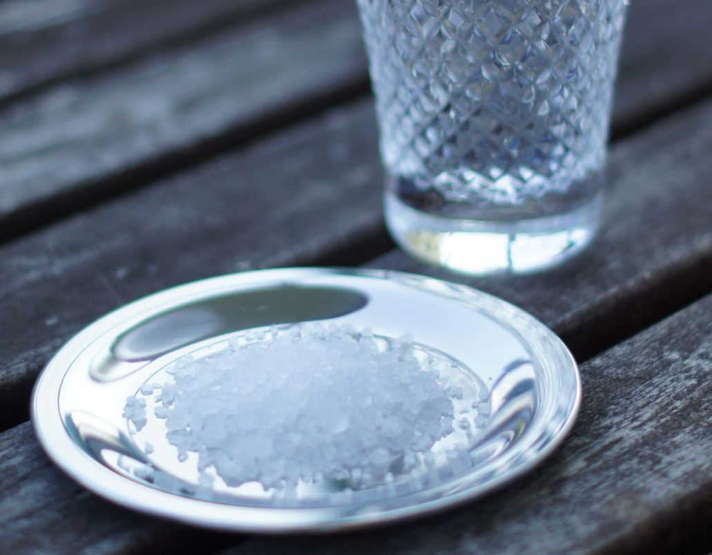 Mit Salzwasser Gurgeln